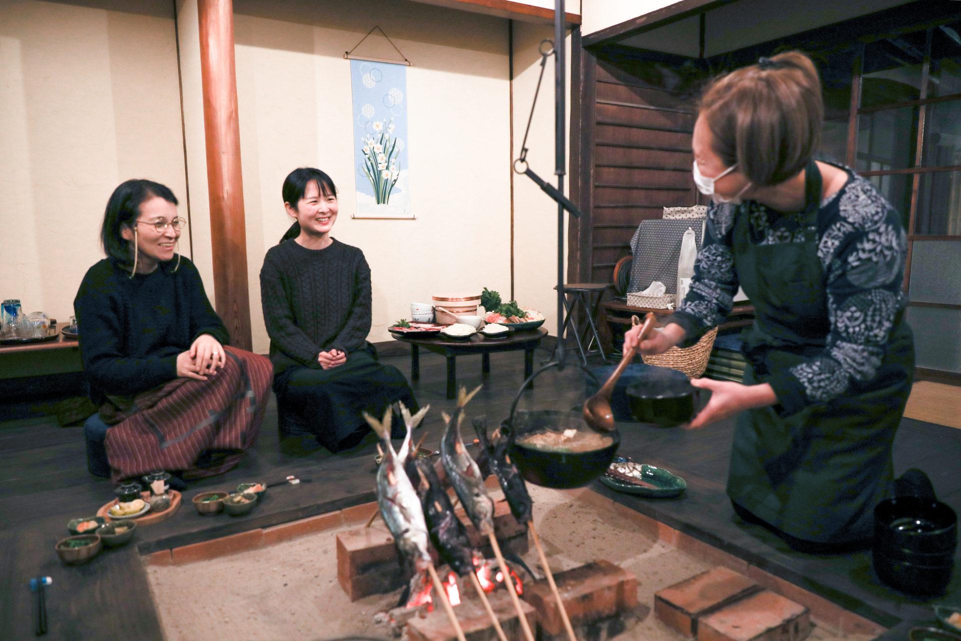 囲炉裏で温まった鍋は格別