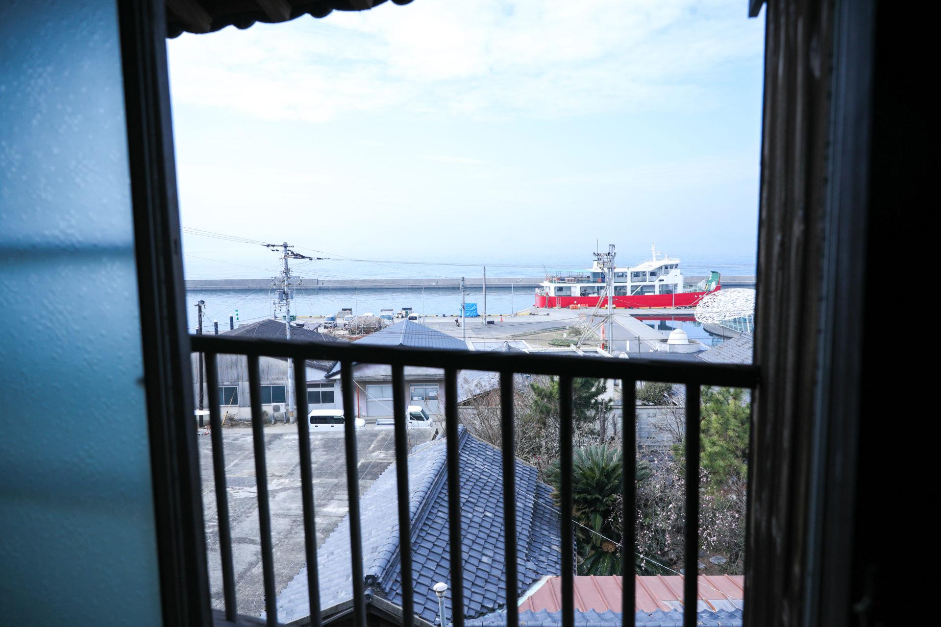 鍬と本 イベントスペースから見た港